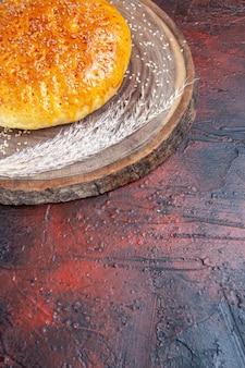 Süßes gebackenes brötchenbrot der vorderansicht wie frisches brot auf dem dunklen hintergrund