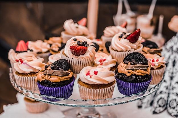 Süßes gebäck desserts abendessen catering-konzept hochzeit geburtstag