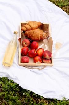 Süßes gebäck, getränke und obst. schöner tag im sommer.