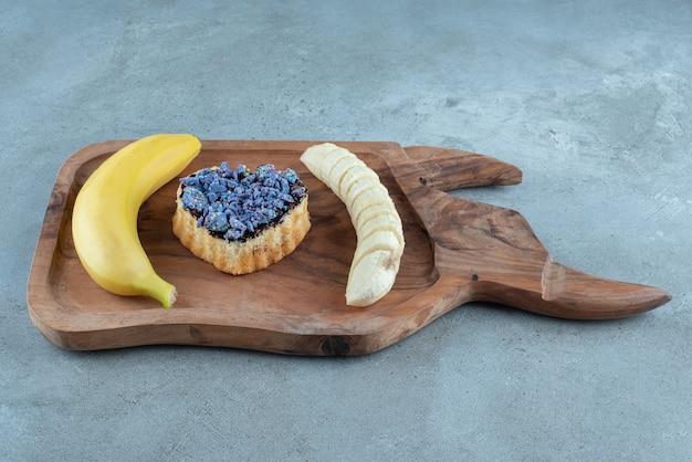 Süßes gebäck im herzen geformt mit banane.
