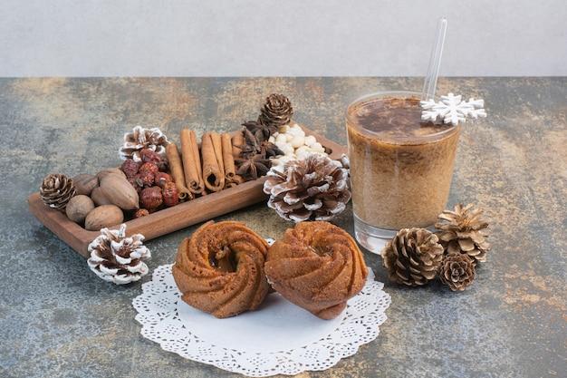 Süßes gebäck mit tannenzapfen und einer tasse kaffee. hochwertiges foto