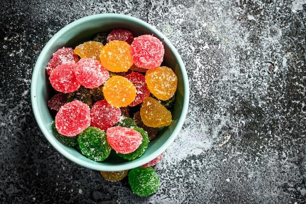 Süßes gelee in einer schüssel. auf einem rustikalen hintergrund.