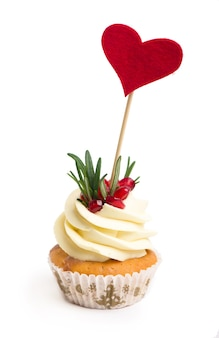 Süßes geständnis. herz oben auf cupcake valentinstag auf weißem hintergrund.