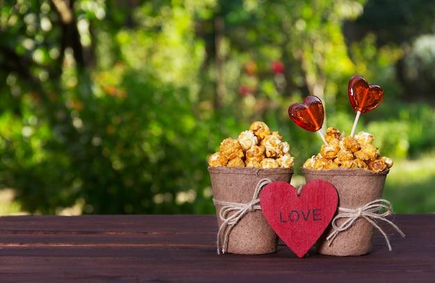 Süßes goldenes popcorn und lutscher