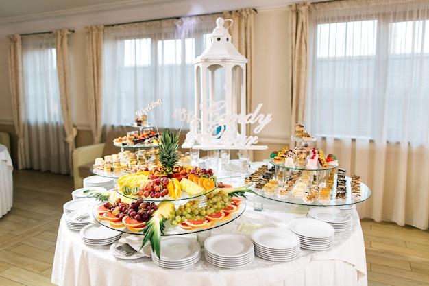 Süßes hochzeitsbuffet mit verschiedenen desserts und früchten