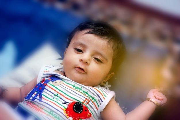 Süßes indisches babymädchen