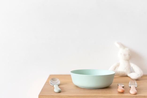 Süßes kindergeschirr mit plüschhase