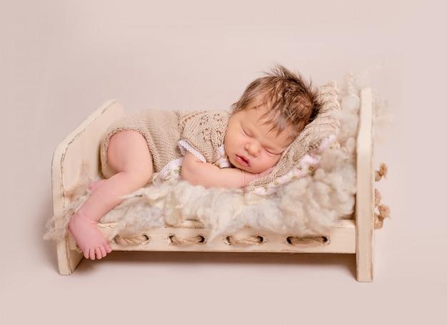 Süßes kleines baby, das süß schläft