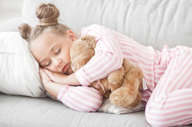 Süßes kleines mädchen, das schläft. schläfriges kind