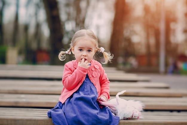Süßes kleines mädchen in einem park