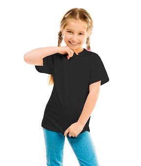 Süßes kleines mädchen in einem schwarzen t-shirt und blue jeans