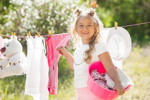 Süßes kleines mädchen waschen