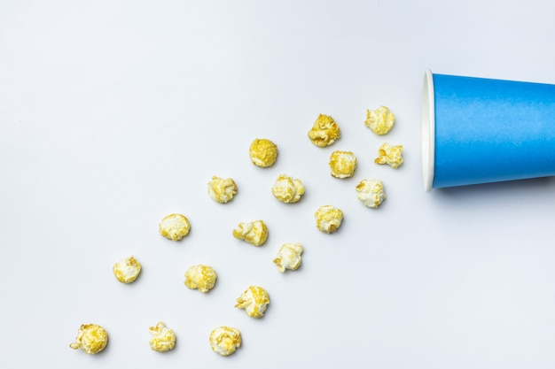 Süßes konzept des popcorns, kopienraum. isolierte weißen hintergrund