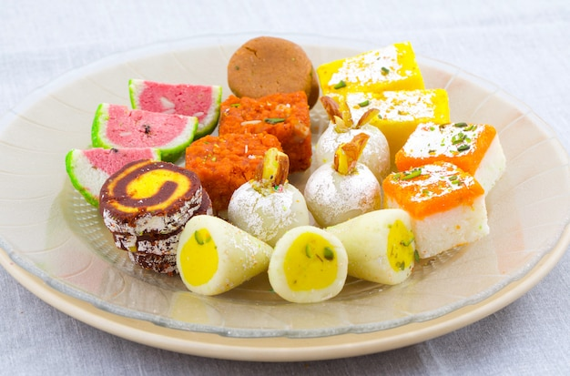 Süßes lebensmittel der indischen traditionellen mischung