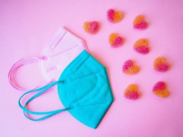 Süßes liebeskonzept, mit maske schützen