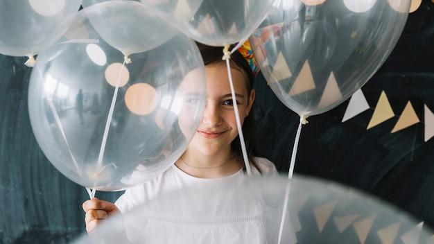 Süßes mädchen mit ballons