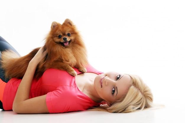 Süßes mädchen mit einem hund