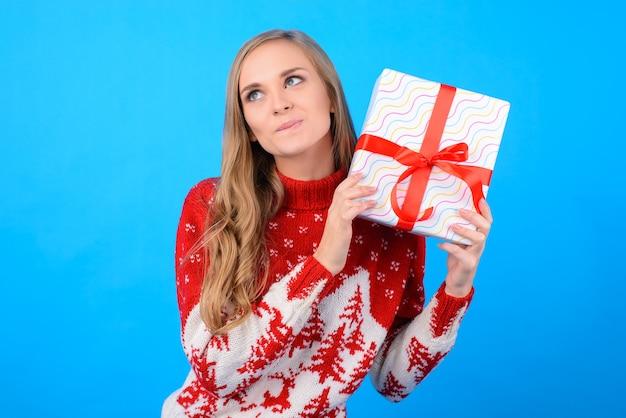Süßes mädchen will eine geschenkbox öffnen