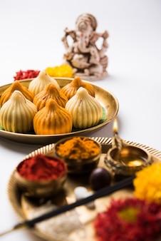 Süßes modak-essen angeboten, während ganapati pooja oder ganesh puja offered
