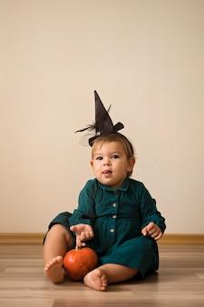 Süßes oder saures entzückende kinder oben gekleidet für halloween
