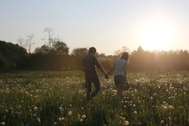 Süßes paar bei einem spaziergang durch den sommer auf dem land