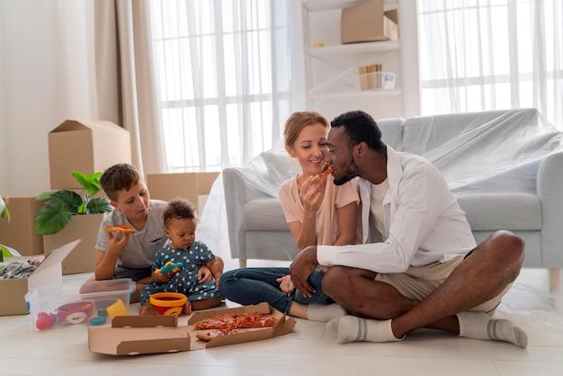 Süßes paar macht sich bereit, mit seinen kindern umzuziehen