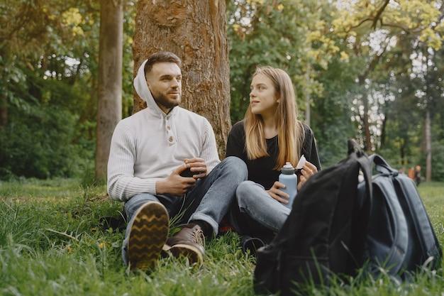 Süßes paar ruht sich in einem sommerwald aus
