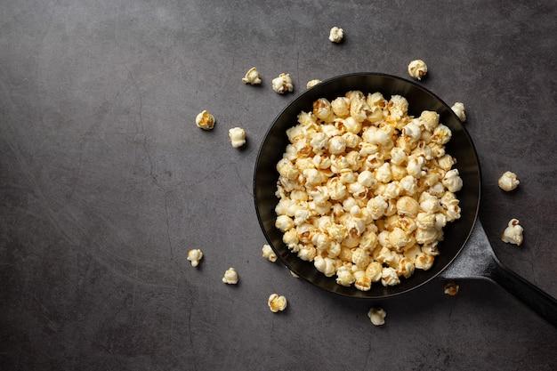 Süßes popcorn auf dunklem hintergrund