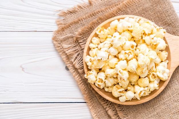 Süßes popcorn auf holz