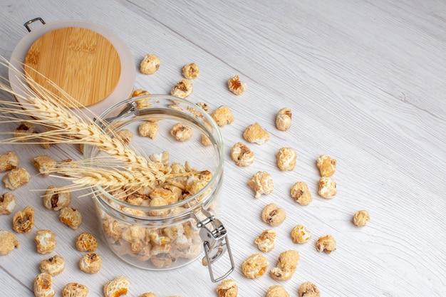 Süßes popcorn der vorderansicht auf weißer oberfläche
