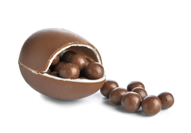 Süßes schokoladenei und bonbons auf weiß