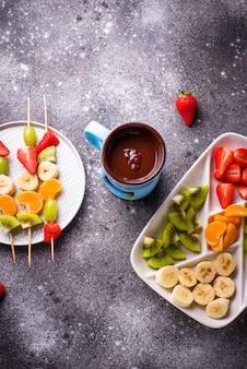 Süßes schokoladenfondue mit früchten