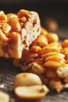 Süßes stück erdnüsse. köstliche orientalische süßigkeiten gozinaki aus sonnenblumenkernen, sesam und erdnüssen, mit honig überzogen mit einer glänzenden glasur