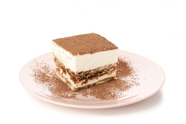 Süßes tiramisu lokalisiert auf weißem hintergrund. leckeres dessert