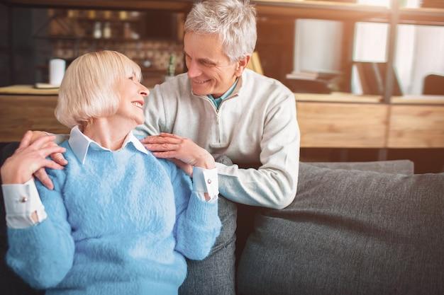 Süßes und schönes bild von zwei älteren menschen