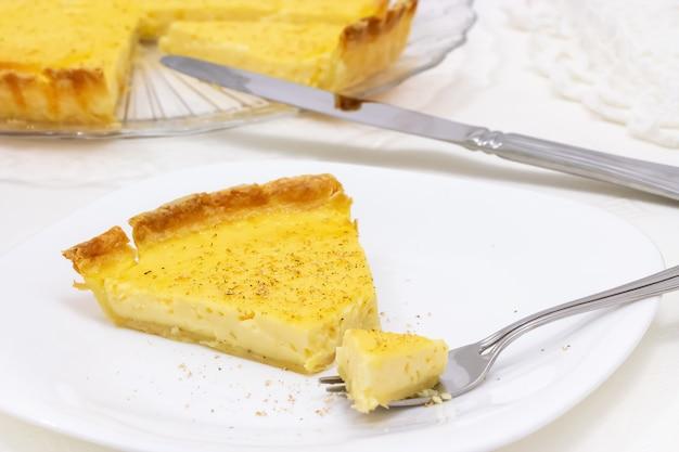 Süßes vanillepudding-törtchen oder zitronentorte