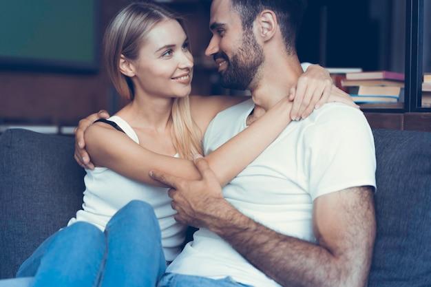 Süßes verliebtes paar, das von ihrer zukunft träumt.