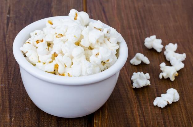 Süßes weißes luftiges knuspriges popcorn