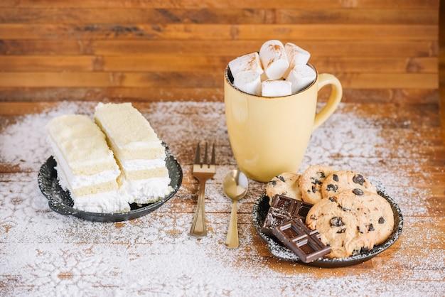 Süßes winterfrühstück mit kakao und keksen