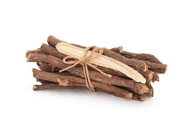 Süßholz isoliert auf weißem hintergrund mit beschneidungspfad.