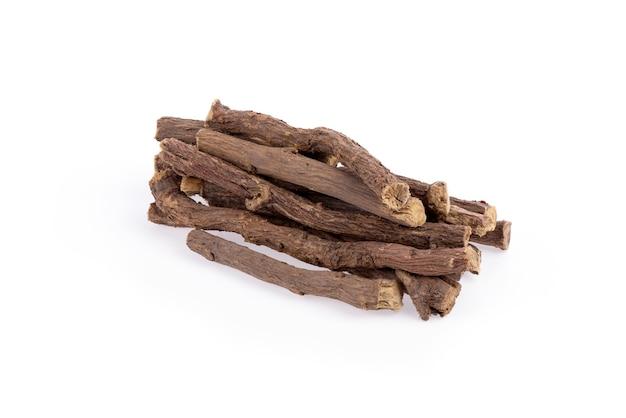 Süßholzstücke isoliert auf einer weißen oberfläche.