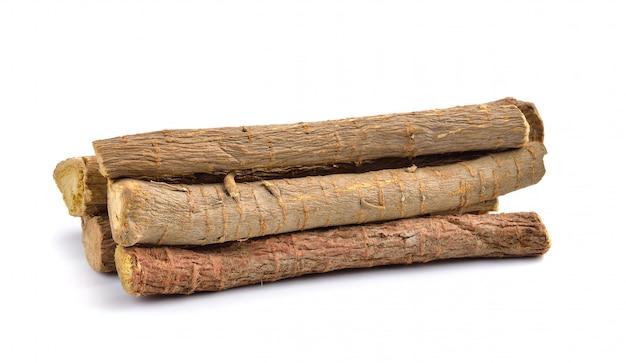 Süßholzwurzeln auf weißer wand