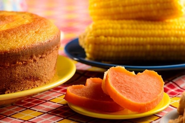 Süßigkeit der juni-party auf schachtischdecke