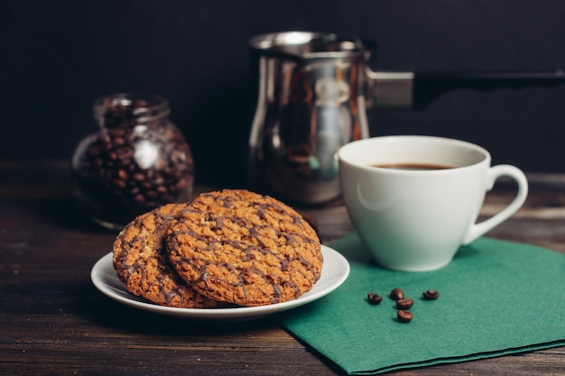 Süßigkeiten auf dem tisch kekse lebkuchen kekse eine tasse kaffee.