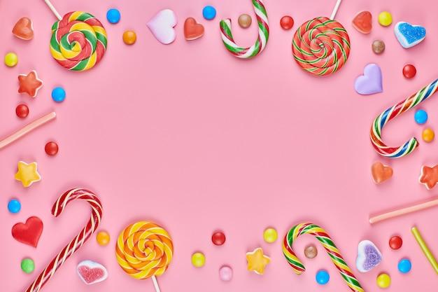Süßigkeiten auf einem rosa hintergrund