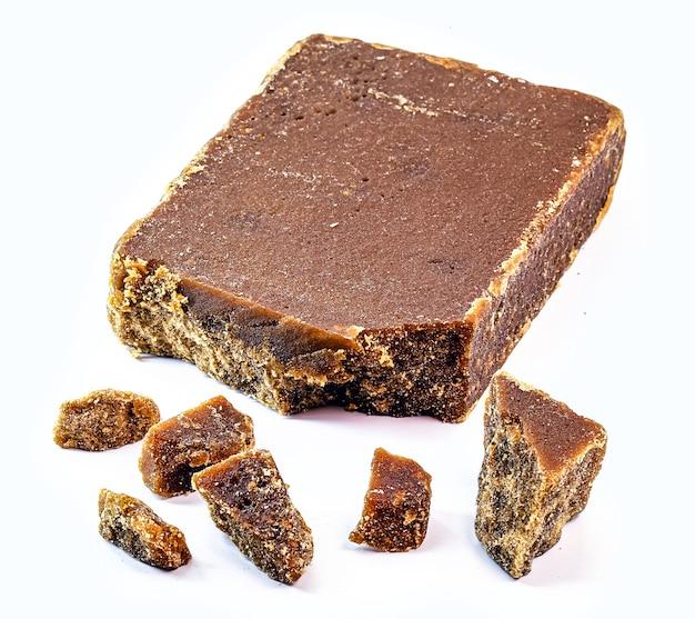 Süßigkeiten aus barred sugar mit isoliertem weißem hintergrund, süßigkeiten aus zuckerrohrmelasse