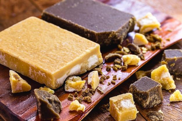 Süßigkeiten aus braunem zuckerriegel und stücken