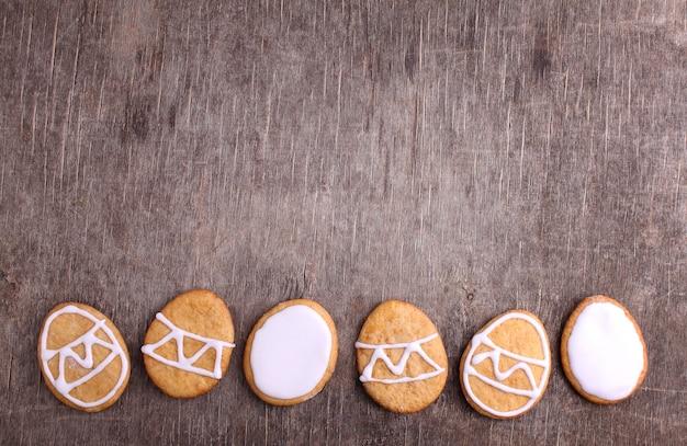 Süßigkeiten für ostern. kekse in form von ostereiern.