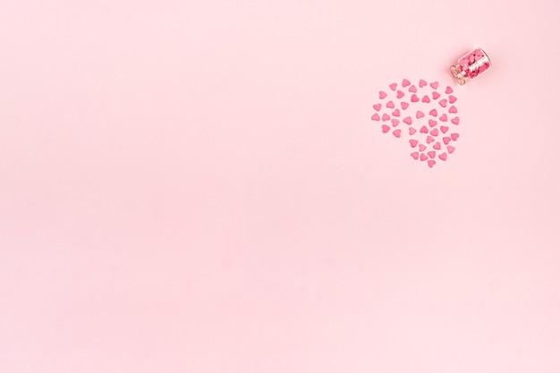 Süßigkeiten - herzen in kleinen glasflaschen. bunte valentinstag herzförmige süßigkeiten mit kopienraum. sainte valentine, muttertagsgrußkarten, einladung.