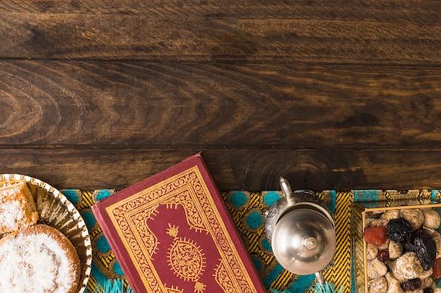 Süßigkeiten in der nähe von zuckerdose und koran